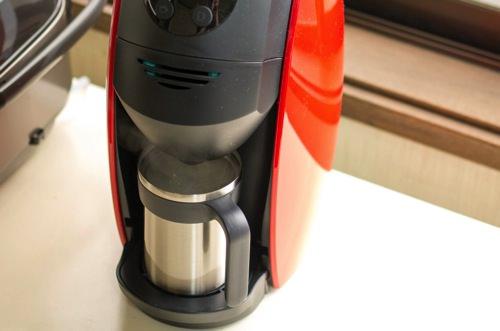 バリスタ 蒸気で牛乳を泡立てる